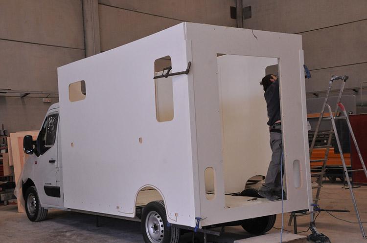 Carrosserie Ameline es el especialista de la fabricación o del acondicionamiento de vanes para el transporte de caballo